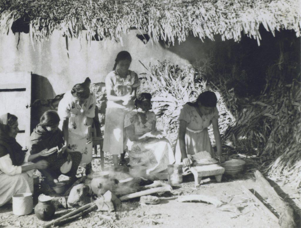 """Mujeres en """"Cocina de humo"""", ca. 1940. Autor desconocido, Fototeca Lorenzo Becerril A.C."""