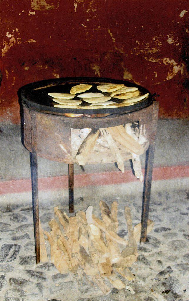 Brasero de lámina con leña como combustible para el fuego, Guatemala. 2110, Fotógrafa Lilia Martínez.