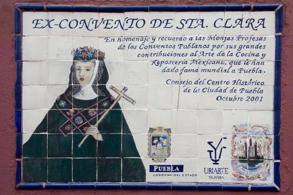 Un homenaje a las monjas de los conventos poblanos en el ex convento de Santa Clara. Placa de Talavera de Uriarte. 2015, Fotógrafo José Loreto Morales.
