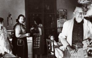 Cocina con estufa de gas. Familia con tres generaciones. Autor desconocido, Fototeca Lorenzo Becerril A.C.