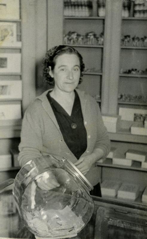 Mujer en dulcería con venta de Camotes de Santa Clara. Autor desconocido. Fototeca Lorenzo Becerril A.C.