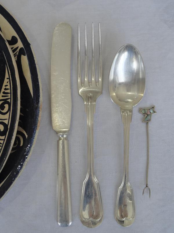 Cubiertos Chistoffle y botanero de plata con incrustaciones de concha nacar. Colección Familia RojanoMartínez. 2015, Fotógrafa Lilia Martínez