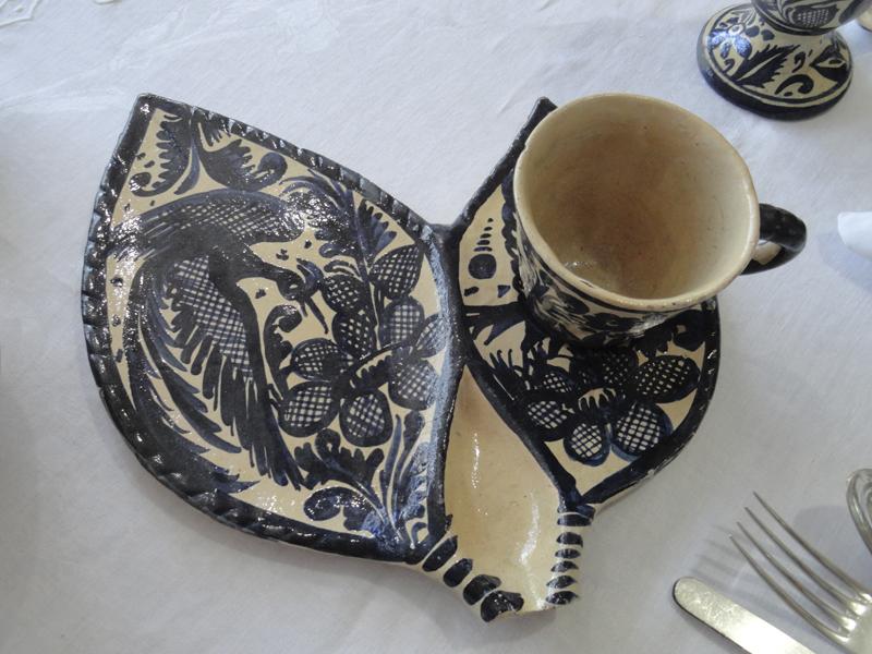 Terno: plato para postre y taza y con cavidad para la cuchara. Colección Familia RojanoMartínez. 2015, Fotógrafa Lilia Martínez