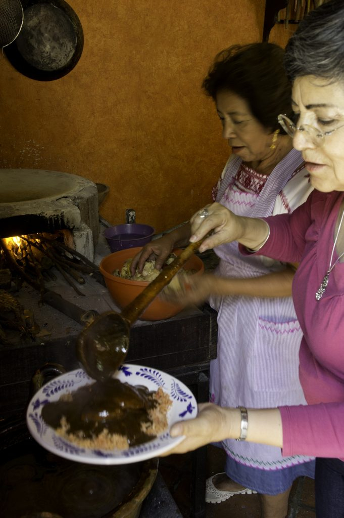 Lilia sirviendo el mole.2015, Fotógrafo José Loreto Morales.