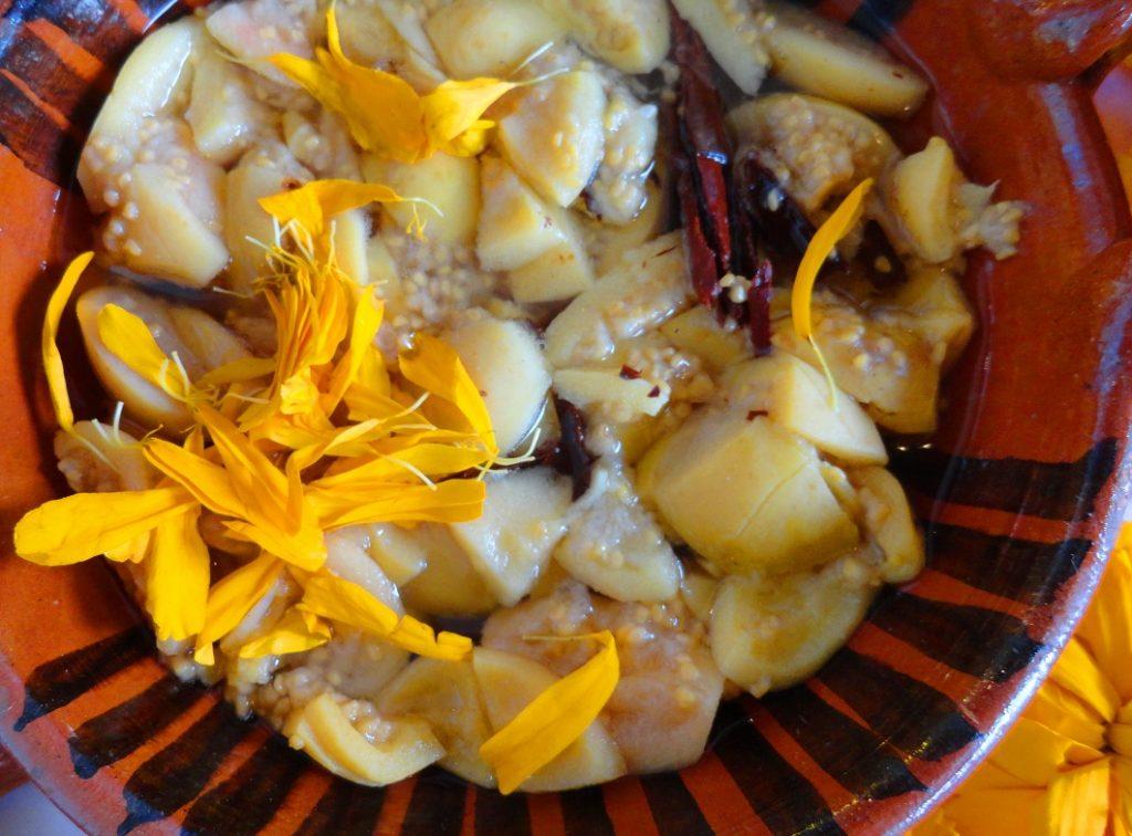 Guayabas en dulce. Fruta muy aromática, de color rosado o amarillento, de forma redonda y de sabor dulce.