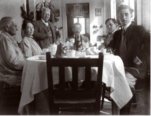 Familia Marín Hirschman en el comedor, ya en el café. El punto de vista de la cámara es para destacar a la mesa. Fotógrafo Miguel Marín Hirschman, Fototeca Lorenzo Becerril A.C.