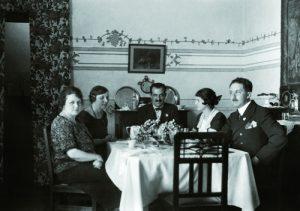 En el comedor de la tía Chona Marín Hirschman y de su esposo Casto Fernández, con Miguel Marín y su esposa Lucia Herrería y una acompañante no identificada. Fotógrafo Miguel Marín Hirschman, Fototeca Lorenzo Becerril A.C.