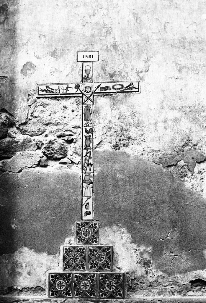 """Cruz con los símbolos de """"La Pasión"""" en Talavera. 1986. Fotógrafa Lilia Martínez."""