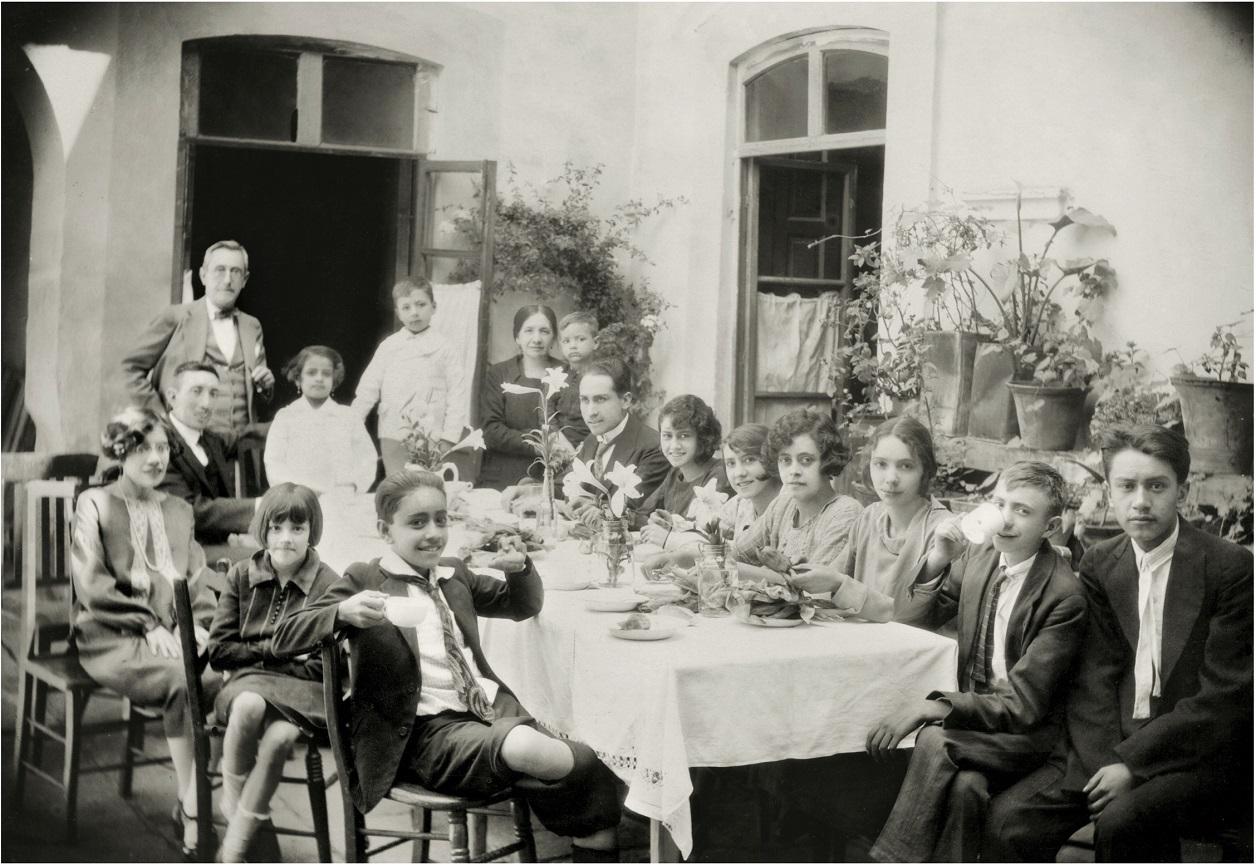 Los adolescentes en la fiesta comiendo tamales y pan de dulce. Fototeca Lorenzo Becerril A.C