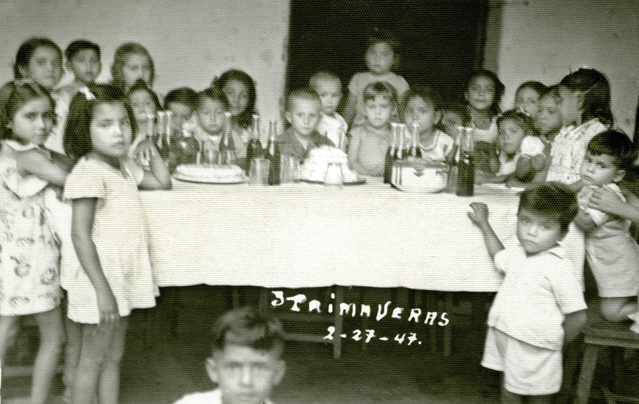"""""""3 Primaveras, 2-27-47"""", pastel y refrescos en la fiesta. Fototeca Lorenzo Becerril A.C"""