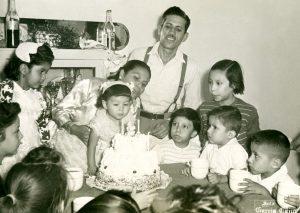 Amado Beltrán y su esposa Celestina en la celebración del segundo aniversario de su hija, los niños atentos al soplido de las velas. Fotógrafo García Cano, Fototeca Lorenzo Becerril A.C.