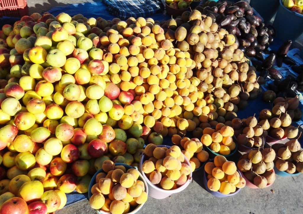 Manzanas, duraznos y peras, mercado de Cholula, Puebla, 2015. Fotógrafa Lilia Martínez.