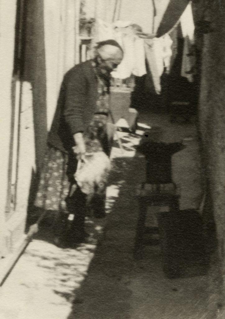 Anciana con brasero portátil. Autor desconocido, Fototeca Lorenzo Becerril A.C.