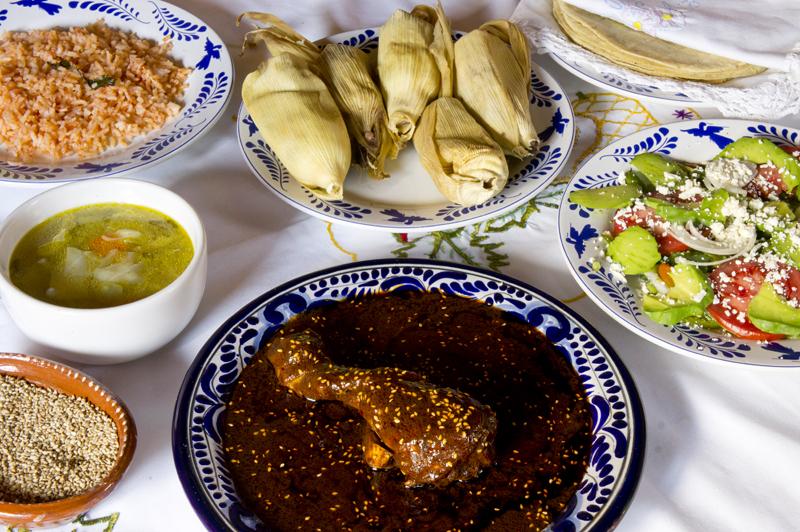 Mole poblano con pollo, arroz rojo, caldo, rajas, tortillas y tamales. 2015, Fotógrafo José Loreto Morales.