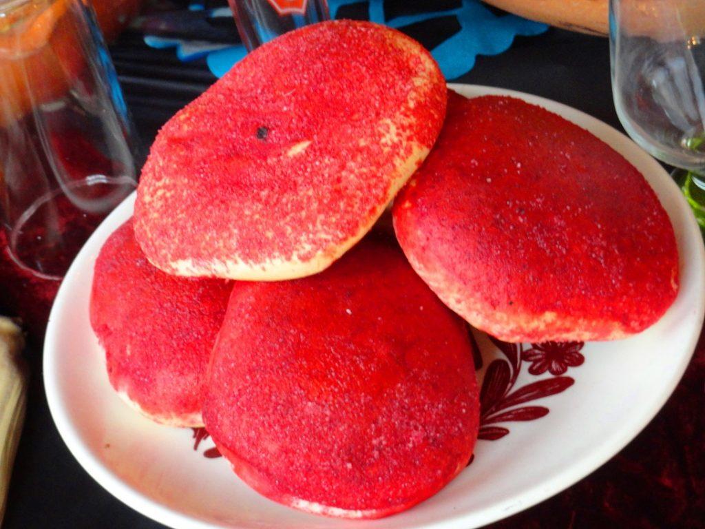 Colorados, pan elaborado con azúcar de color rojo, símbolo de la vida.