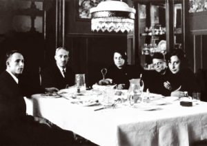 Grupo familiar al inicio de la comida. Autor desconocido, Fototeca Lorenzo Becerril A.C.