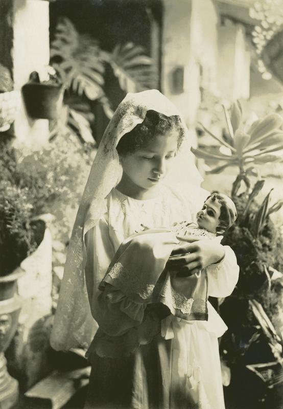 Niño Dios siendo cargado por su madrina. Autor desconocido, Fototeca Lorenzo Becerril A.C.