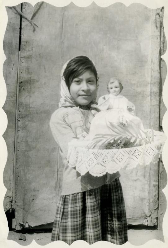 Niño Dios sentado en su silla con su madrina. Autor desconocido, Fototeca Lorenzo Becerril A.C.