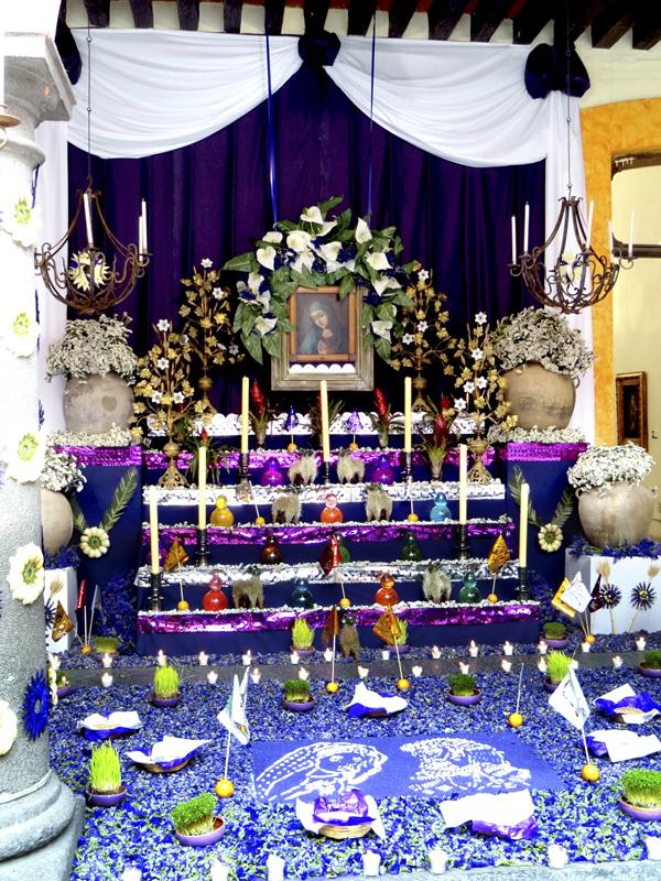 """Altar de """"Viernes de Dolores"""" instalado en la Casa de Cultura de Puebla por Alfonso Bonilla y Antonio Ramírez a petición de su directora Margarita Melo Díaz. 2014, Fotógrafa Lilia Martínez."""