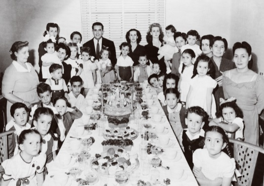 Fiesta de cumpleaños de Beto, en la mesa numerosas golosinas para los invitados. Fototeca Lorenzo Becerril A.C.