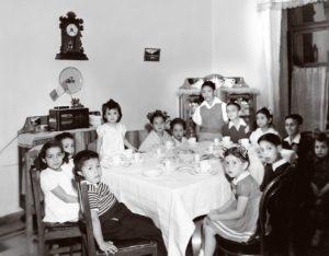 Sentarse a la mesa del comedor para la merienda infantil, una experiencia lúdica para los niños. Fototeca Lorenzo Becerril A.C.