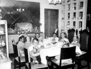 Los niños celebrando en el comedor, como la gente grande. Fototeca Lorenzo Becerril A.C