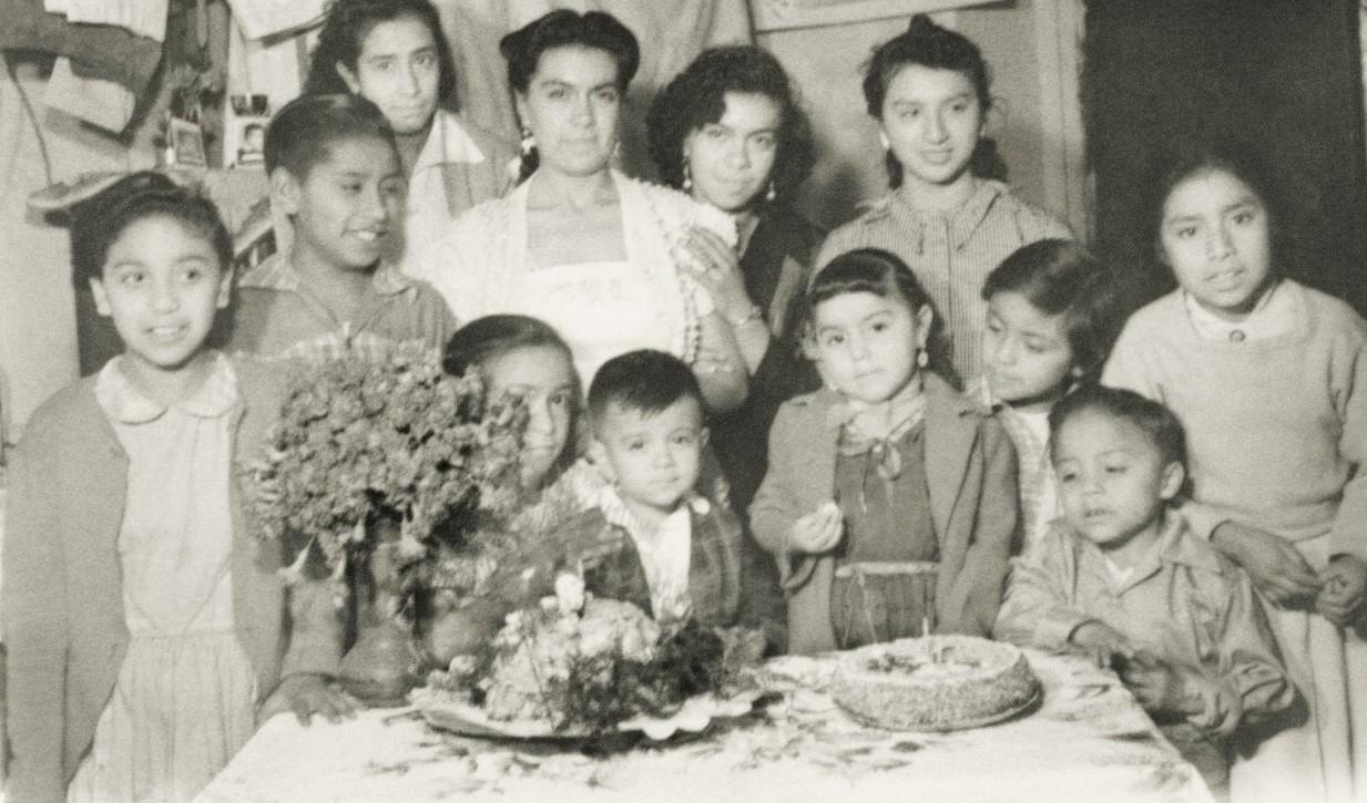 Pastel, golosinas y flores en la fiesta. Fototeca Lorenzo Becerril A.C